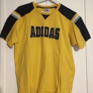 Adidas vintage tröja köpt på humana. Tröjan är en M men passar S-L beroende på vilken passform man vill ha.