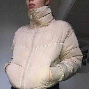 Jacka från monki!! Stl XS men passar mig som är en S/M. Använd under 1-2 månader, men i bra skick. Bekväm, snygg och passar till det mesta. Säljer då jag har för mycket kläder. Nypris ca 700kr