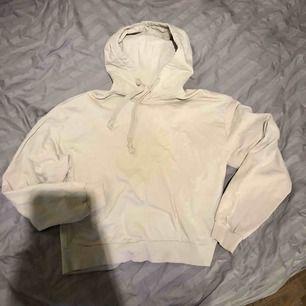 Beige hoodie från Nakd, storlek xs. Använd ca 10 ggr, dock inte nopprig. 100 kr plus porto 63kr så 163kr totalt.