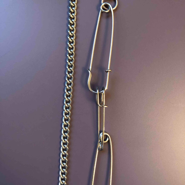 Ballt silvrigt halsband med säkerhetsnålar ⛓frakt tillkommer men möts även upp i centrala Sthlm. Accessoarer.