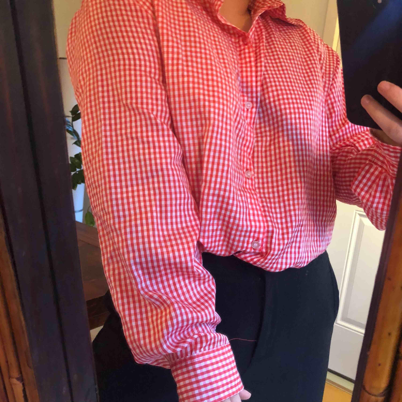 Läcker rutig oversize skjorta! Går att styla på flera olika sätt (som på bilderna)  90 kr inklusive frakt  . Skjortor.