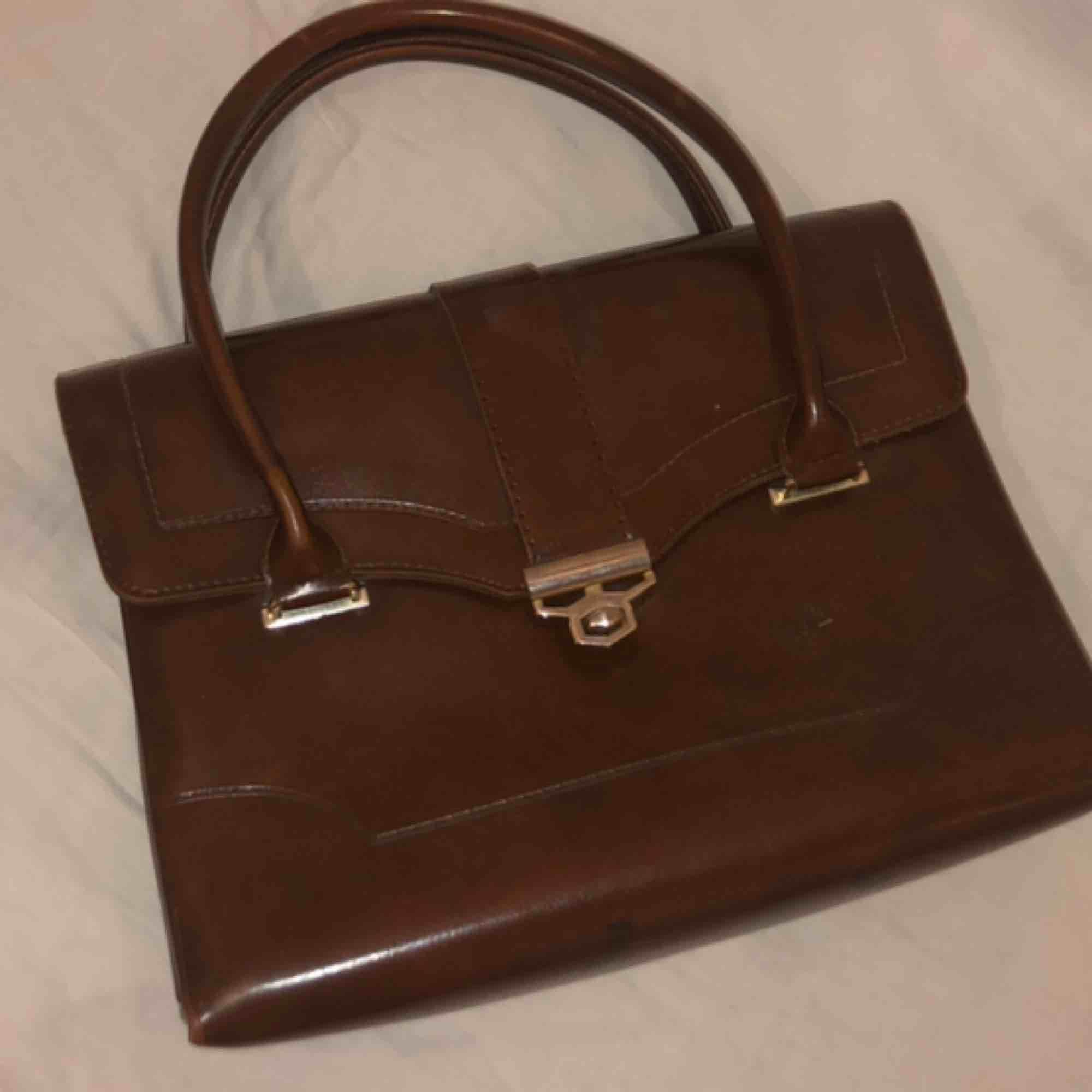 Tidlös klassiker i brunt läder. Fin kvalitet, knappt använd, vackra detaljer. Kan mötas upp i sthlm eller skickas den och frakten står köparen för ❤️❤️. Väskor.
