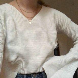 Söt vit stickad tröja! Sparsamt använd, runt 4 gånger🌸