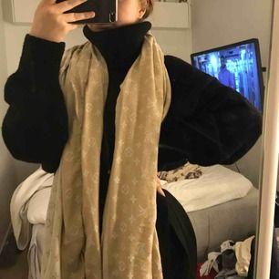 Säljer denna fina Louis Vuitton sjalen i beige. Jättefin och lätt att matcha. Säljer pga används aldrig längre. Ej äkta!!!