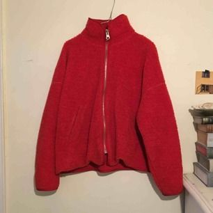 Röd weekday fleece i s.  Bra skick