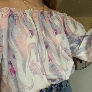 Oanvänd blus i fina färger<3 offshoulder och lite croppad