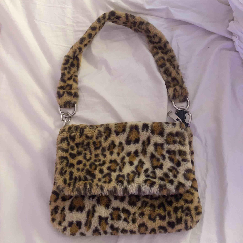 Skitball leopardväska i teddyliknande material från Topshop. Använt den väldigt lite så den är i toppenskick. Får inte den uppskattning den förtjänar så därför säljer jag den vidare. Frakten ingår i priset! . Väskor.