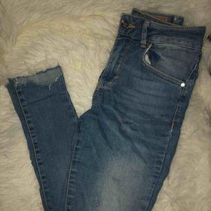 Blåa jeans med slitningar på knäna, ena låret och längst ned vid ankeln!! Hög midja💙