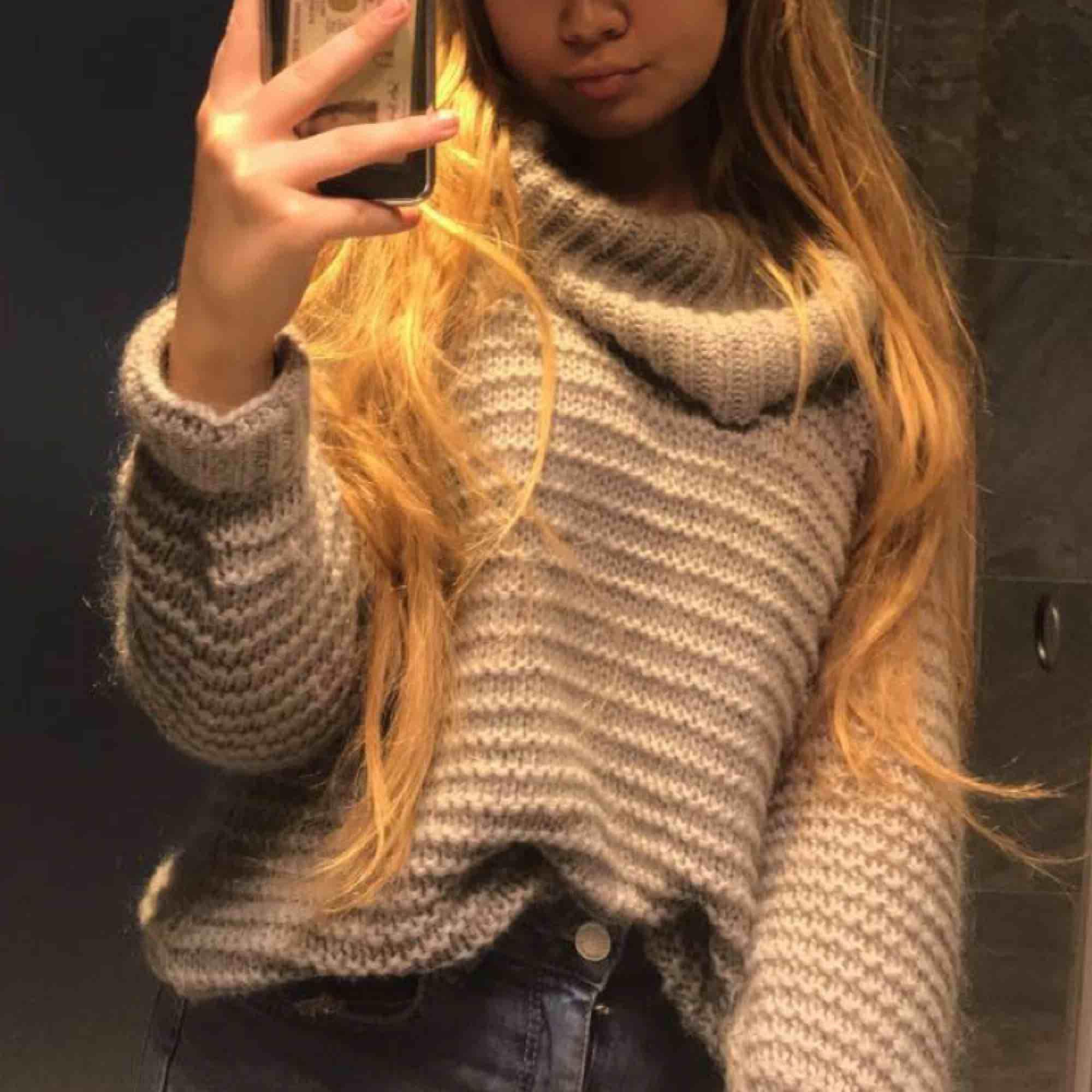 Grå stickad tröja från BIK BOK, sååå fin och mysig men kommer tyvärr aldrig till användning och har alldeles för många liknande! Bra kvalitet och passar till allt! Storlek XS men passar större storlekar då den är lite over-sized. . Tröjor & Koftor.