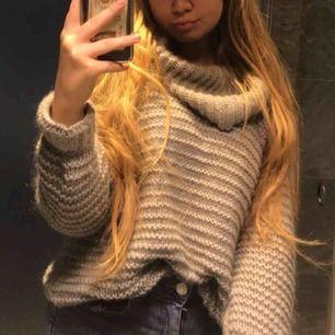 Grå stickad tröja från BIK BOK, sååå fin och mysig men kommer tyvärr aldrig till användning och har alldeles för många liknande! Bra kvalitet och passar till allt! Storlek XS men passar större storlekar då den är lite over-sized.