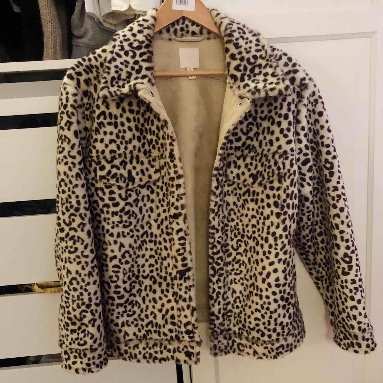 Superfin leopard jacka från H&M som tyvärr int kommer till användning längre. Ganska stor i strl så skulle även passa L. Använd en gång så är så gott som ny.  Köparen står för frakten💗. Jackor.