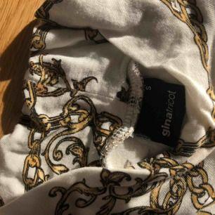 Långärmad tröja från Gina med guldkedjor som motiv,jätte jätte fin men tröttnat✨
