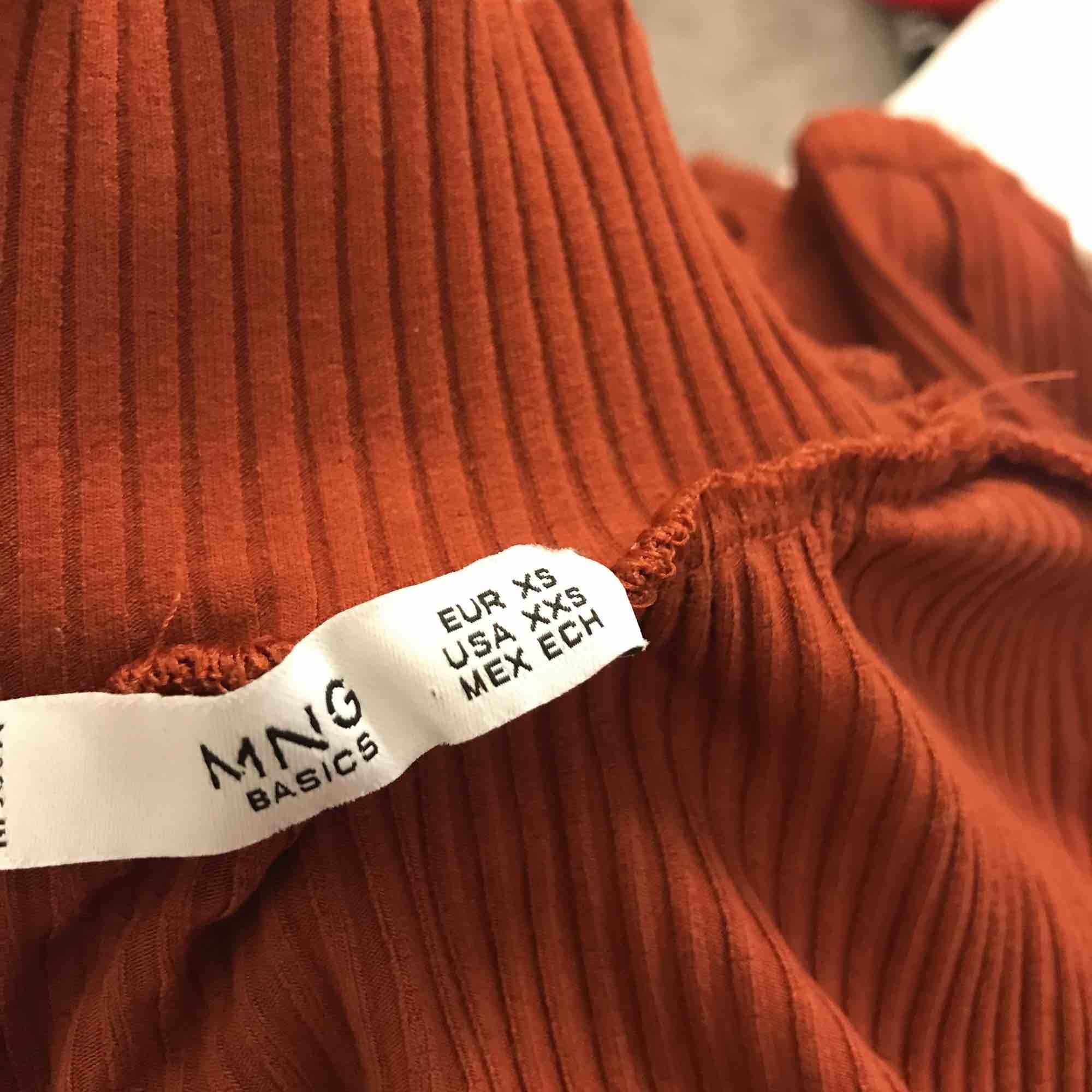 Superfin orange/brun ribbad tröja från Mango. Sitter tajt och har en fin passform. Endast använd 1 gång. Köpt för 199kr och är som ny!. Toppar.