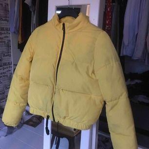 Gul jacka från H&M, sparsamt använd och i fint skick! Stl 36 men passar även dig som har 34. 200kr + frakt! 💜