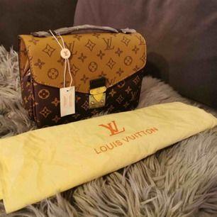 helt ny väska med dustbag den är väldig bra kvalitet  oäkta