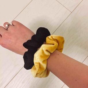 Intressekoll på två scrunchies (svart o gul) från BikBok Som nya Möts upp i Sundsvall eller stå för frakten