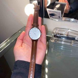 Snygg brun klocka, aldrig använd. Originalförpackningen kommer med vid köp.