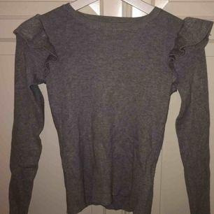 super fin grå ribbad tröja ifrån bikbok med detaljer på axlarna, fint skick då den inte används så ofta. säljer pga att det inte riktigt är min stil längre