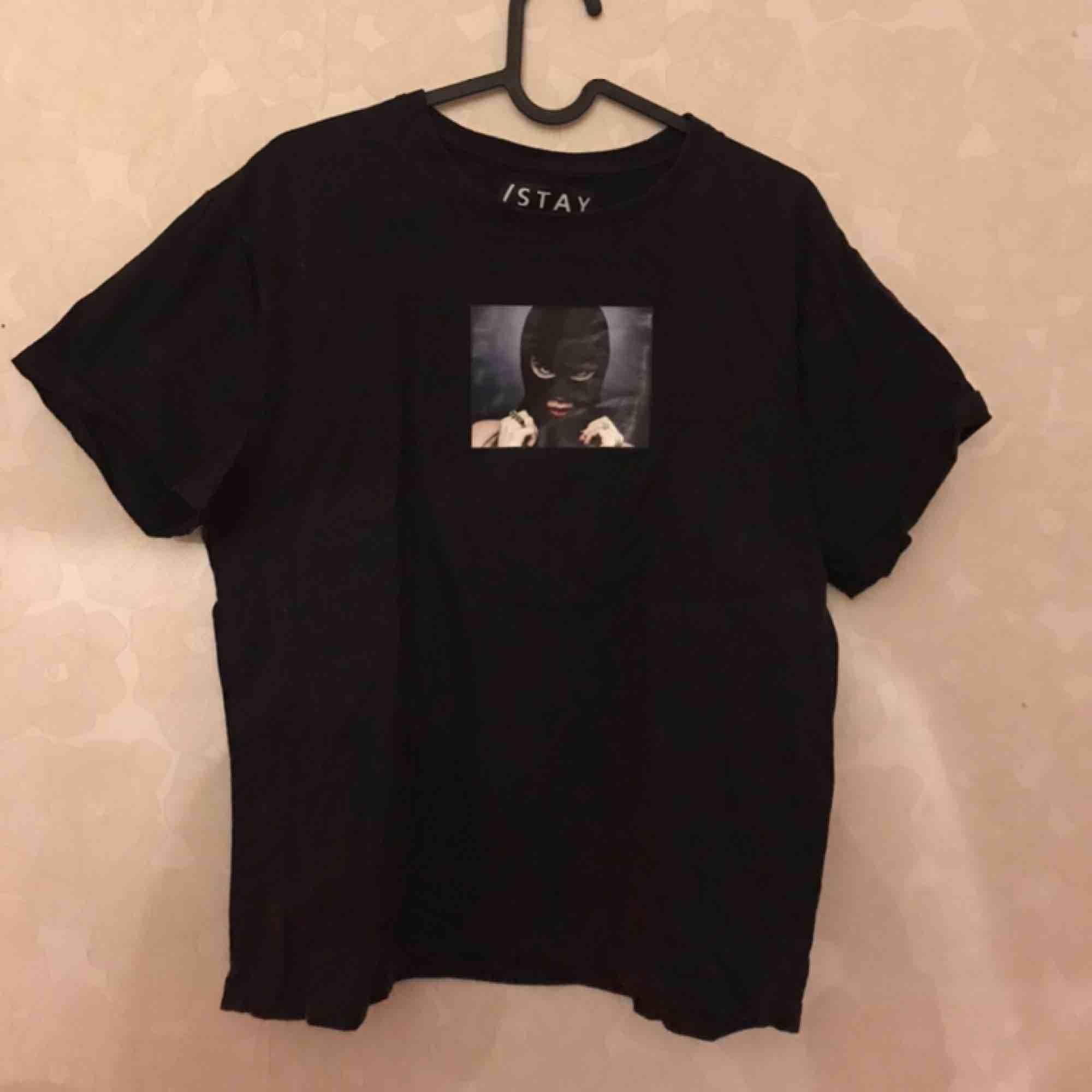 Säljer denna coola T-shirt ifrån STAY med tryck. Storlek M. Använd några gånger. T-shirts.