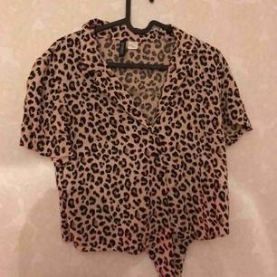 Säljer min snygga leopardmönstrade tröja ifrån H&M i storlek 38. Sluts med knappar och man kan knyta i änden utav tröjan. Använd 1 gång