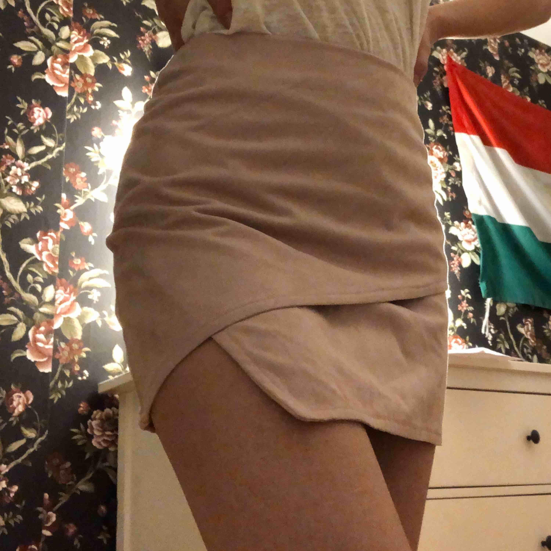 En jättefin kjol från Ivyrevel i mocka imitation! Aldrig använd, säljer för att den inte längre passar och är för kort för mig! Köpare står för frakt. Kjolar.