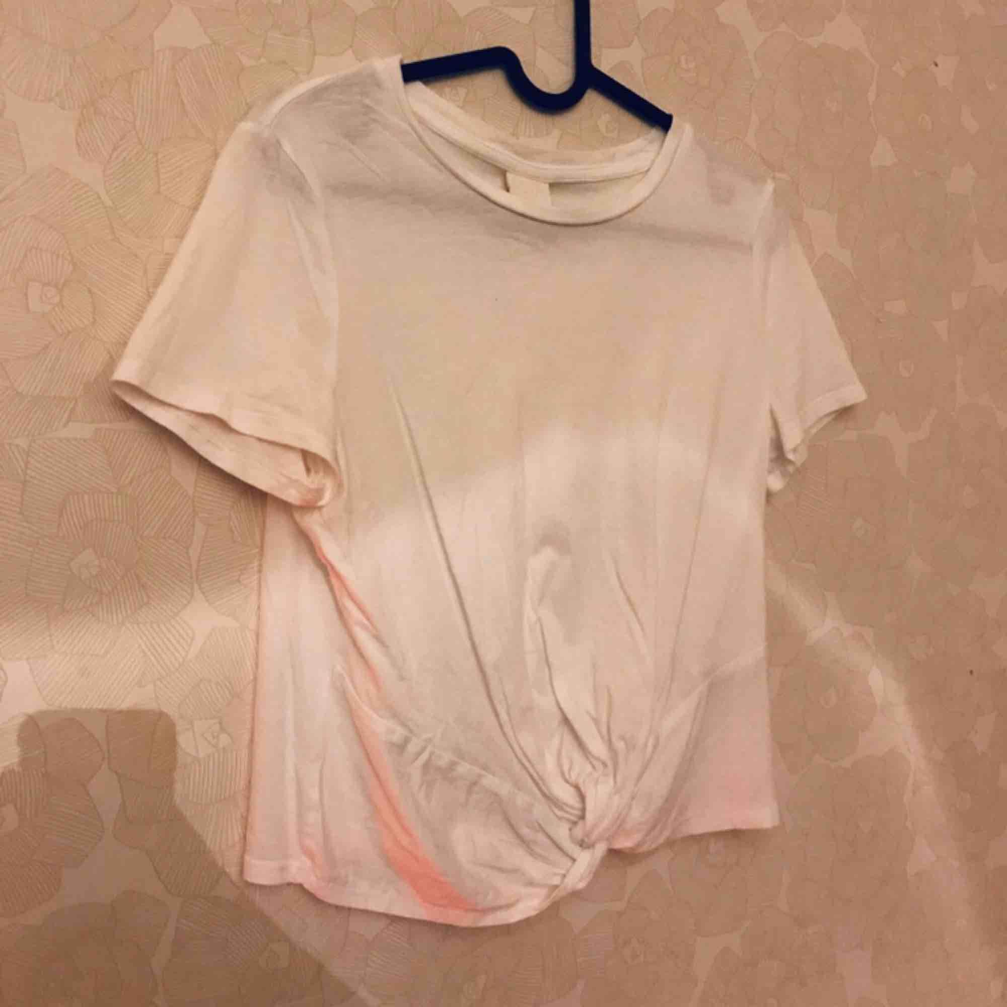 Säljer min vita T-shirt ifrån HM i storlek S. Använd få gånger. Har ett inbyggdt knyte där nere! . T-shirts.