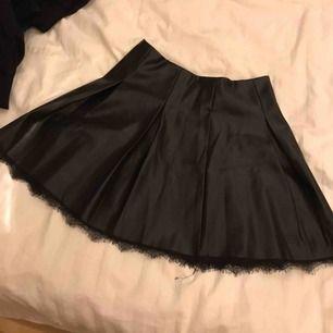 Säljer min snygga skinn-imitation kjol ifrån Chiquelle. Använd fåtal gånger! Väldigt tjusig.