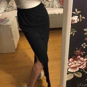 Lång kjol med slit vid vänstra benet. Köpare står för frakt