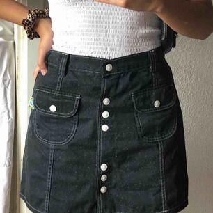 Replay jeanskjol i toppskick! Passar perfekt för en look med 2000s vibes.