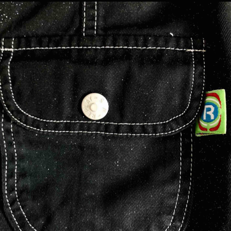 Replay jeanskjol i toppskick! Passar perfekt för en look med 2000s vibes. . Kjolar.