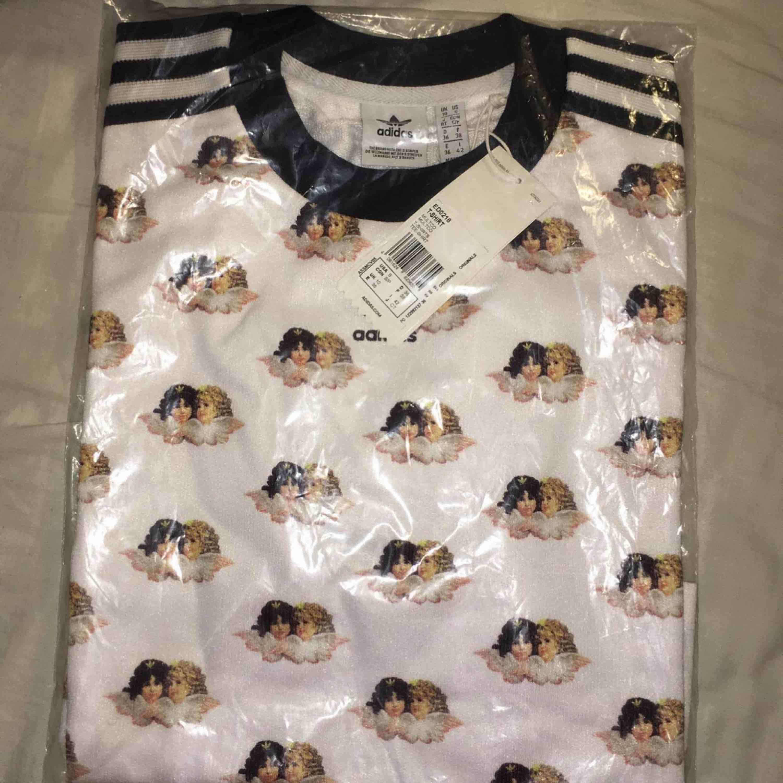 Fiorucci collab ihop med adidas t shirt 😝. T-shirts.