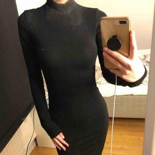 Svart klänning från chiquelle. Klänningen slutar ovanför knäna på mig som är 164. Köpare står för frakt