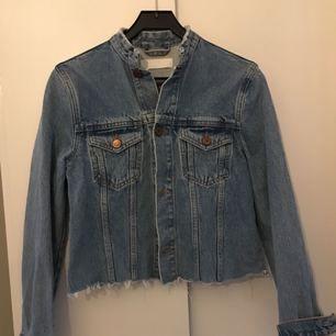 Superfin jeansjacka från Samsøe Samsøe i fint skick. Rak i modellen. Står inte någon storlek men passar mig som är en s/m. Kan skickas, då kostar frakt max 90 kr exklusive priset. Kan också mötas upp i Uppsala.