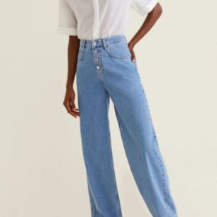 Säljer de perfekta vida jeansen i drömmigaste jeansfärgen från Mango pga används inte så mycket som de förtjänar. Snygg knappdetalj. storlek 34, men passar även en 36a. 💞 superfint skick! Jag är 1,68 och de slutar precis ovanför hälen på mig, som ni ser på bild 3.