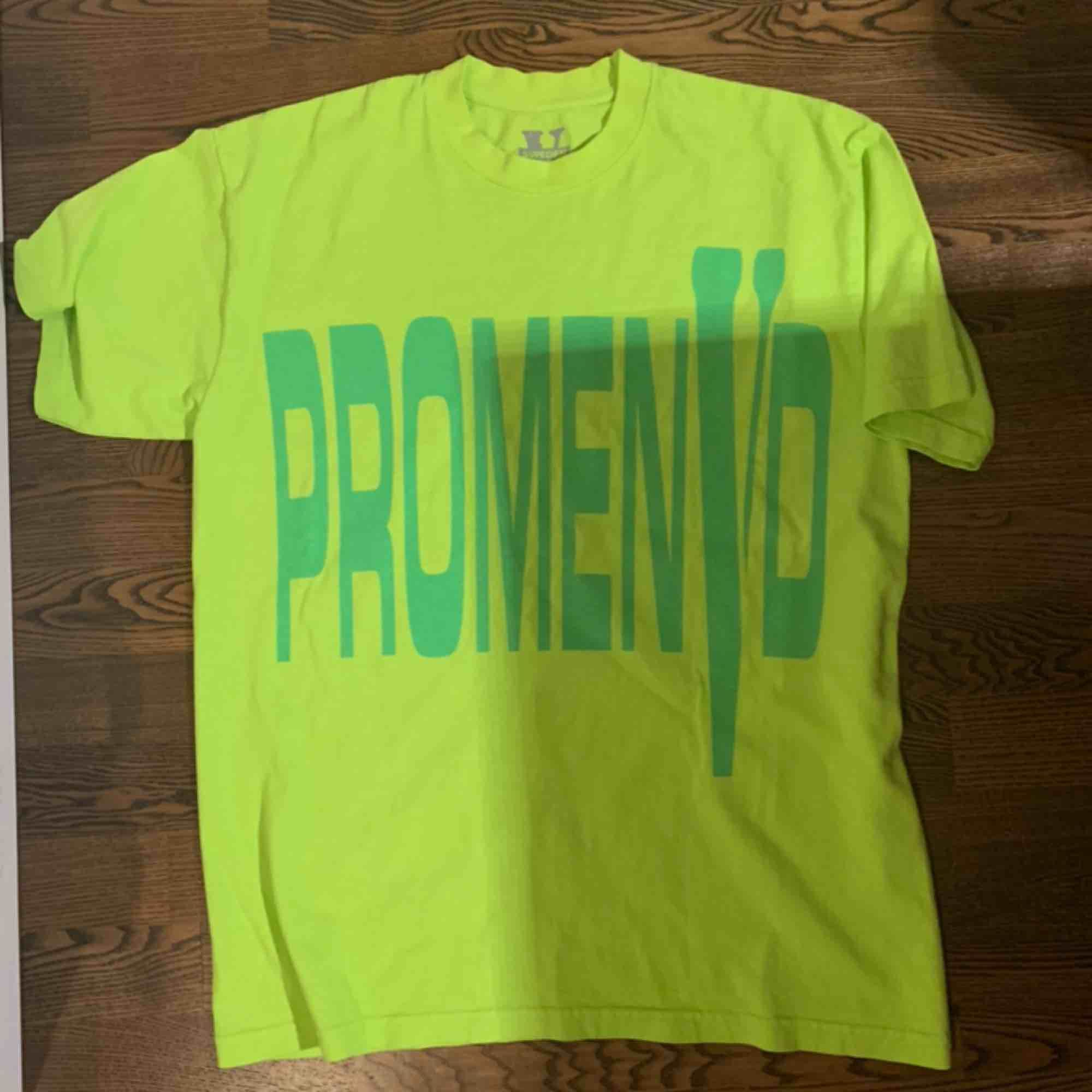 Vlone x promenvd t shirt, köpt på asap rockys konsert i stockholm den 11 dec. Pris kan diskuteras! . T-shirts.