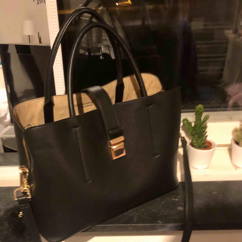 Jätte fin väska, bolleb är avtagbar och köptes ej med väskan ☺️❤️. Väskor.