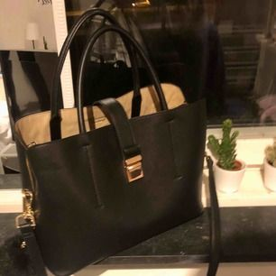 Jätte fin väska, bolleb är avtagbar och köptes ej med väskan ☺️❤️