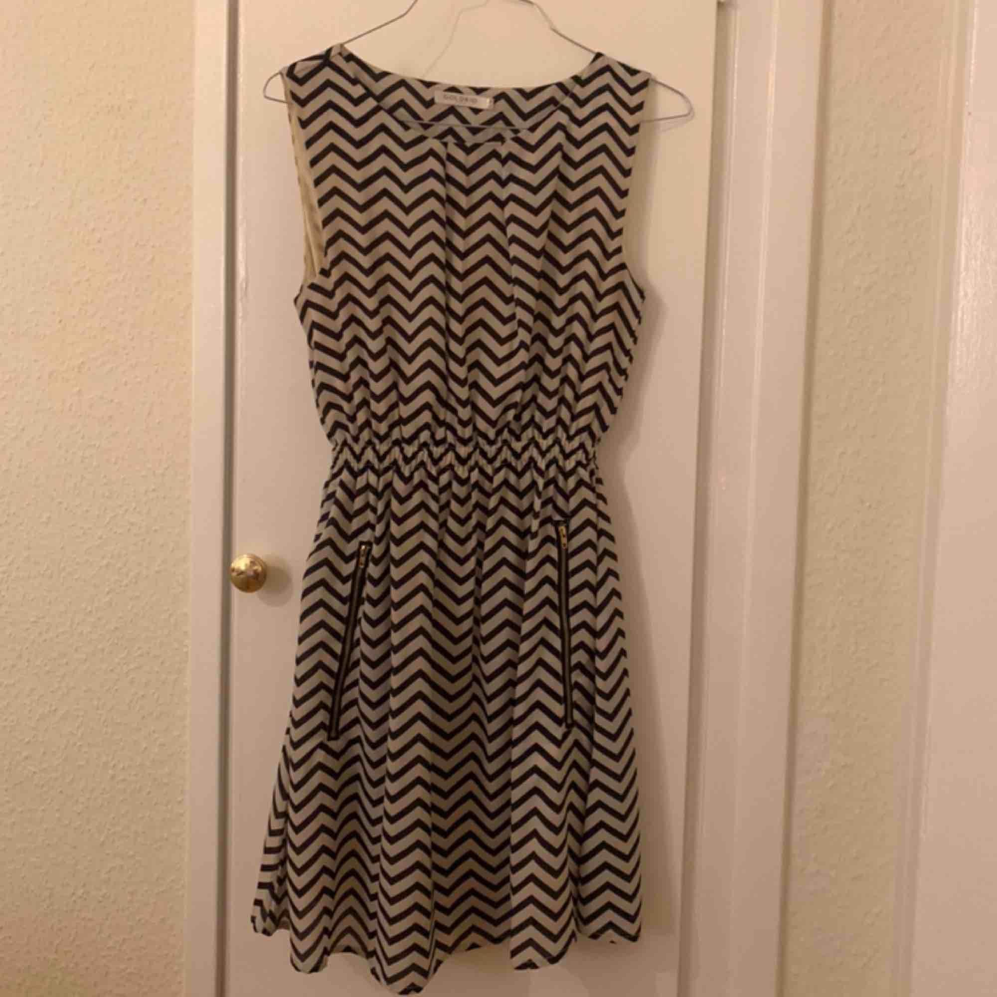 Söt klänning köpt i London för 250kr. Bara använd en gång, så helt ny! Frakt på 59kr. Klänningar.