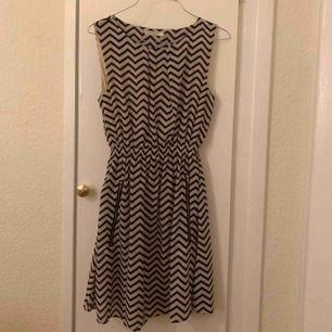 Söt klänning köpt i London för 250kr. Bara använd en gång, så helt ny!