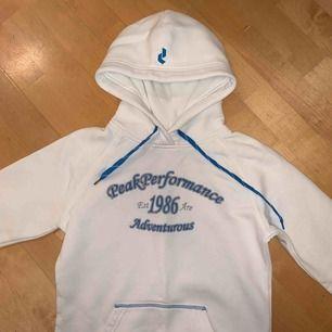 Peak Performance hoodie dam, Strl s men passar även xs. Tröjan är i nyskick, endast använd ett fåtal gånger.