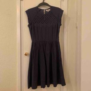 Mörkblå klänning från Kappahl, bara använd en gång. Ny pris någonstans runt 300kr. Frakt på 59kr