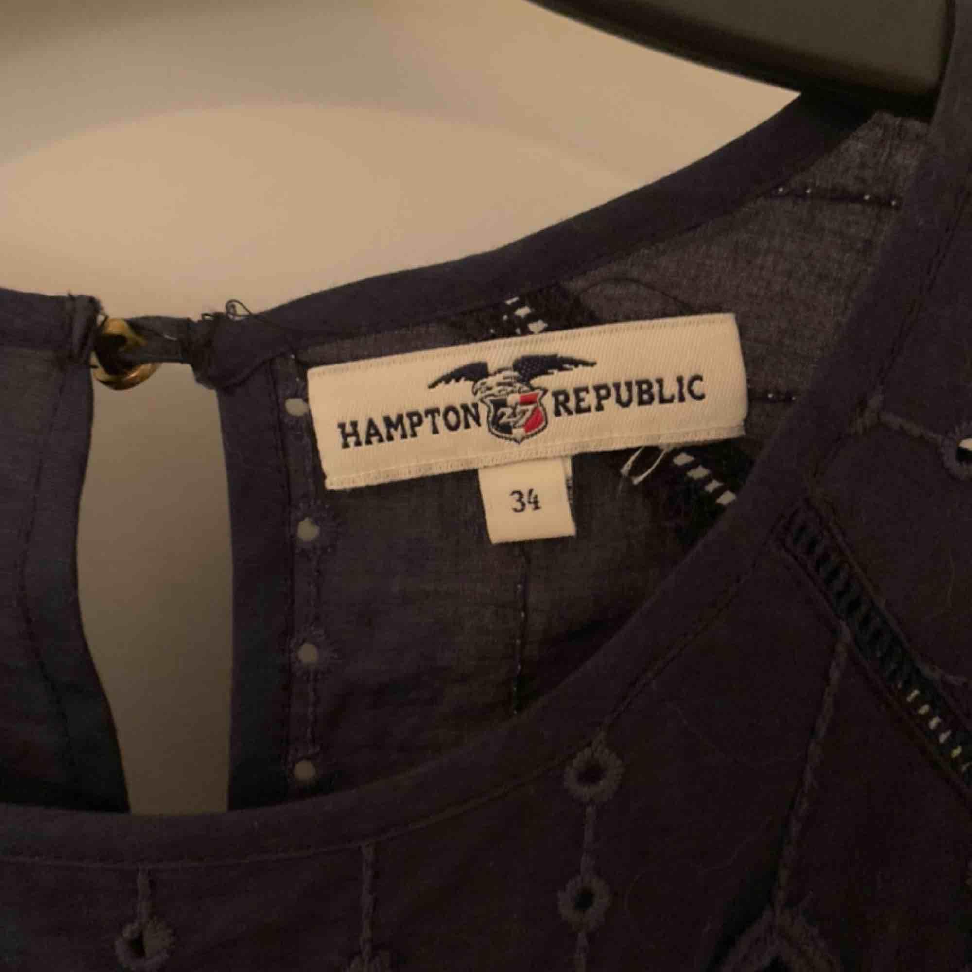 Mörkblå klänning från Kappahl, bara använd en gång. Ny pris någonstans runt 300kr. Frakt på 59kr. Klänningar.
