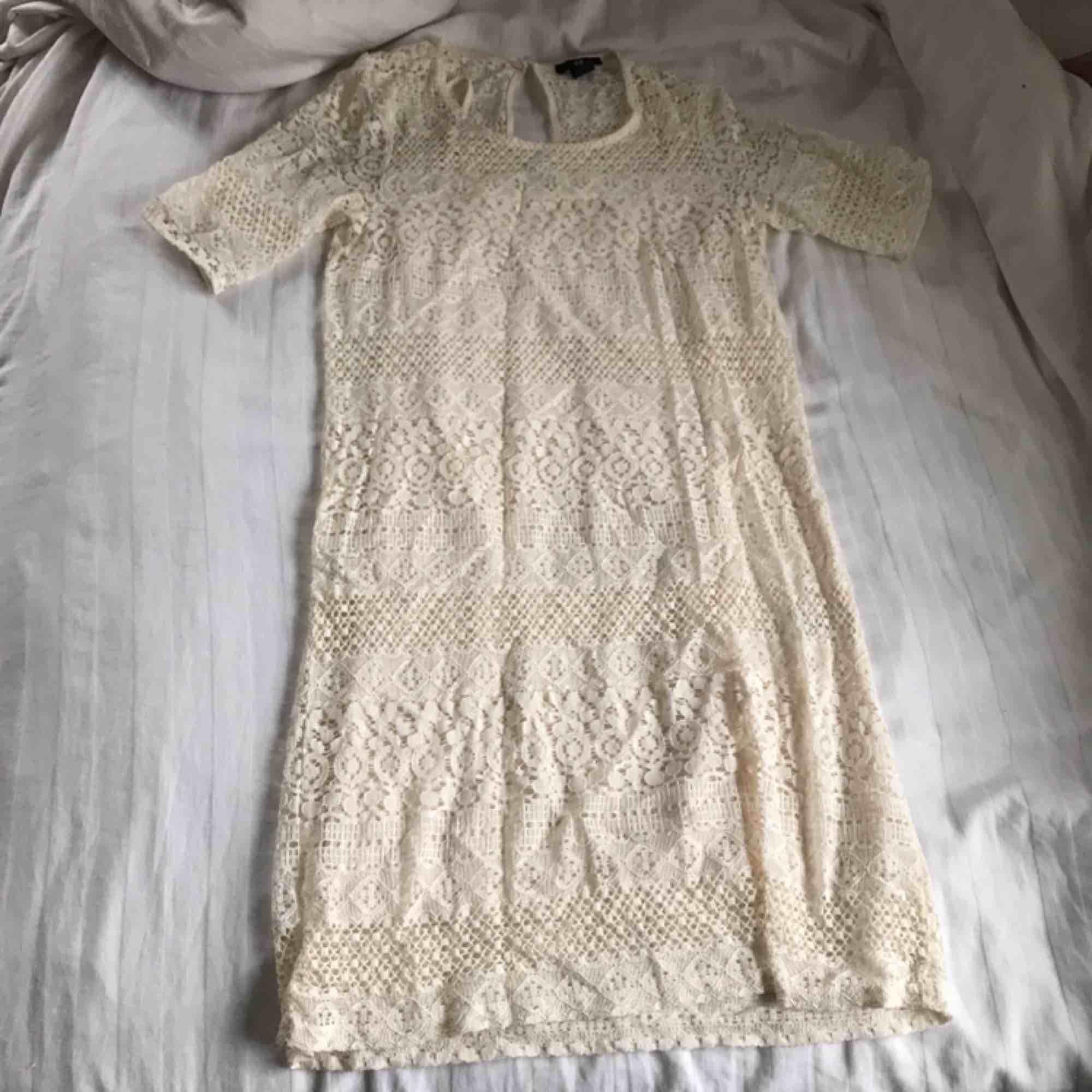 Spetsklänning från H&M. Använd fåtal gånger. Köparen står för frakt!. Klänningar.