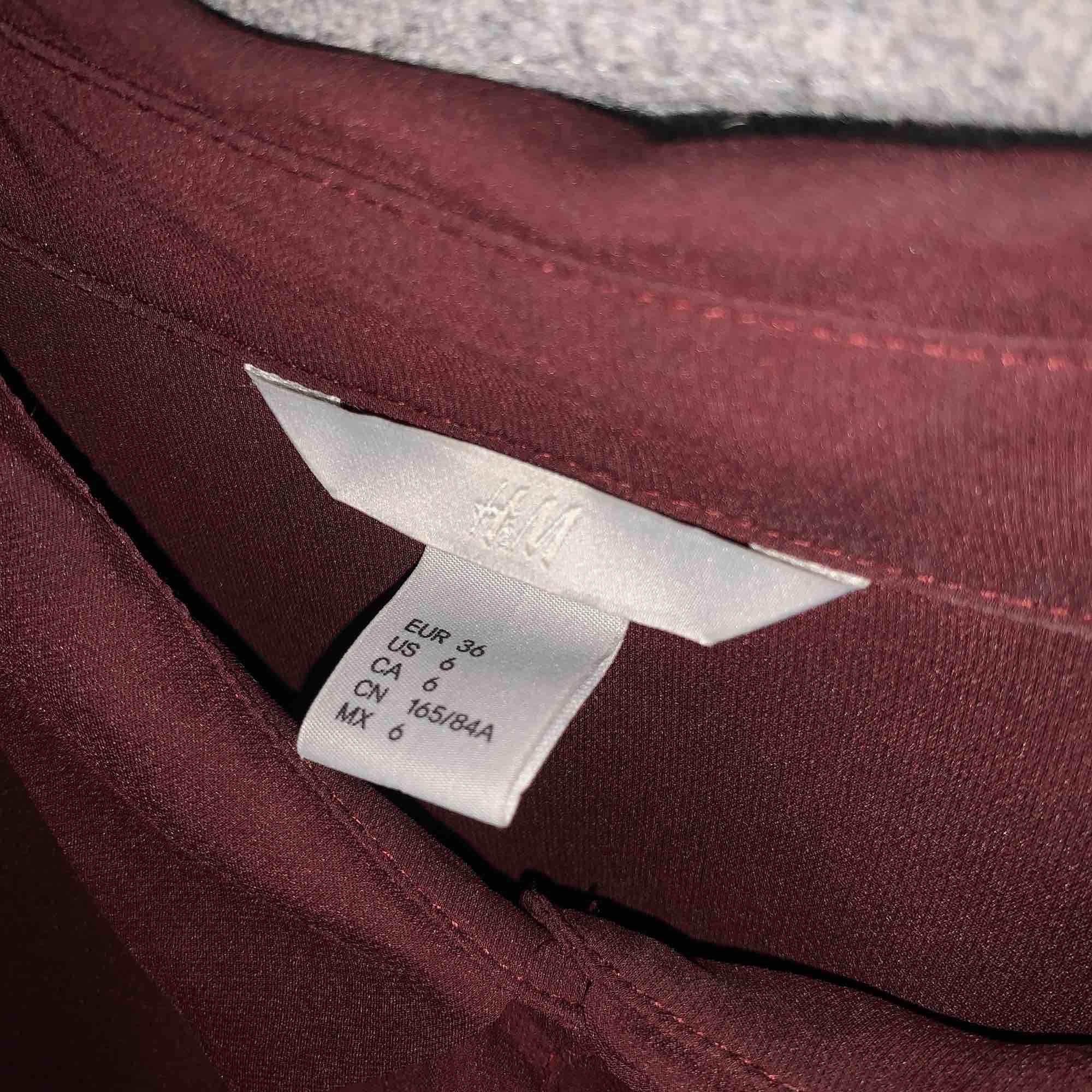 Vinröd shorta från H&M. Frakt tillkommer.. Skjortor.