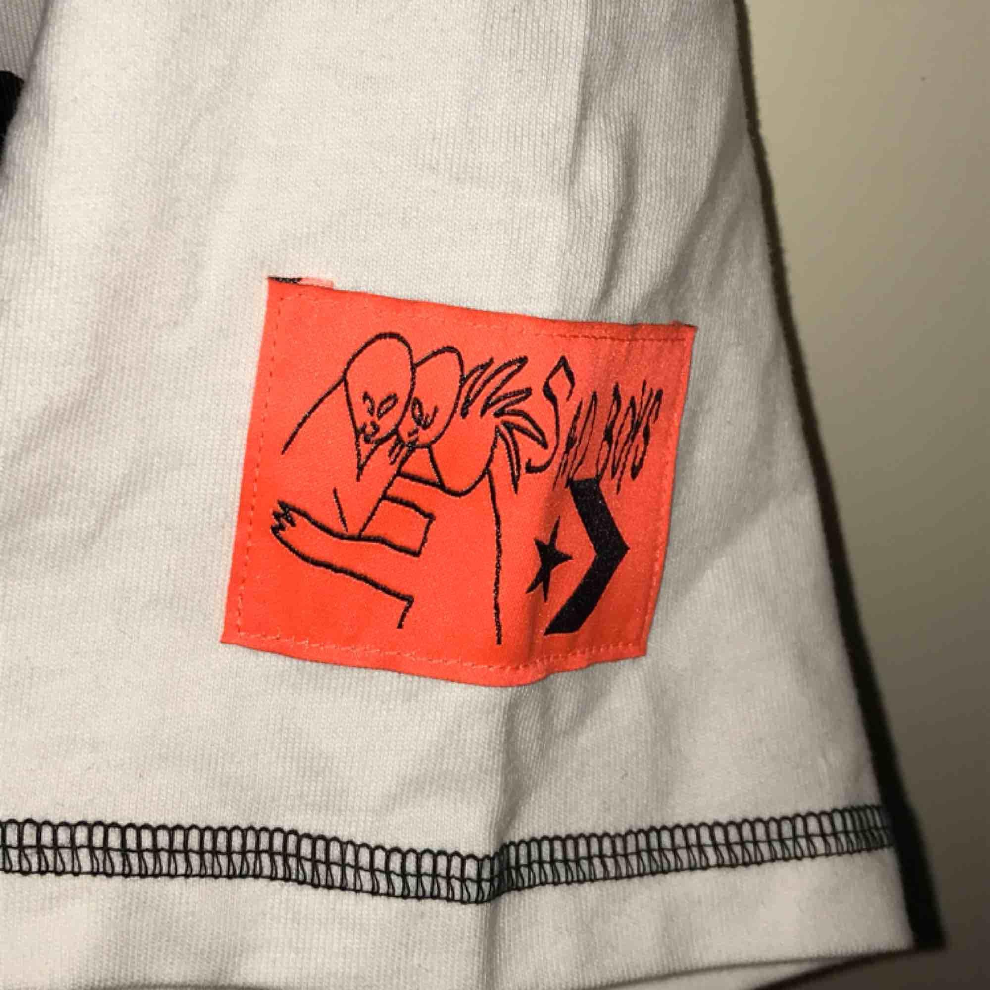 SAD BOYS X CONVERSE Mest intressekoll!! Storlek S men sitter som en stabil M Använd 1 gång (ser kanske sliten i och med att den är skrynklig men strykning kan lösas)  Ge bud 🥰 köpt på SNS för 305. T-shirts.