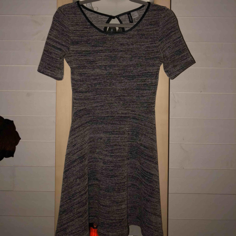 Jätte fin klänning från H&M, sparsamt använd. Dock en liten tråd som sticker ut ungefär vid magen. Köpt för 150 kr, frakt ingår i priset🥰. Klänningar.