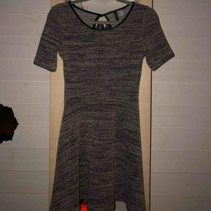 Jätte fin klänning från H&M, sparsamt använd. Dock en liten tråd som sticker ut ungefär vid magen. Köpt för 150 kr, frakt ingår i priset🥰
