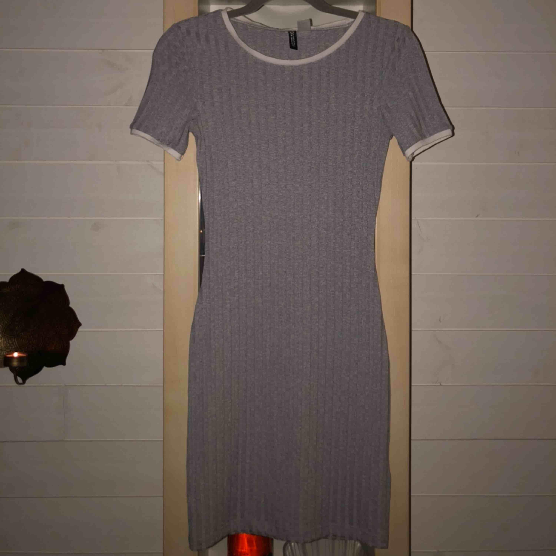 Jätte fin klänning från H&M, sparsamt använd. Köpt för 150 kr, frakt ingår i priset 🥰. Klänningar.