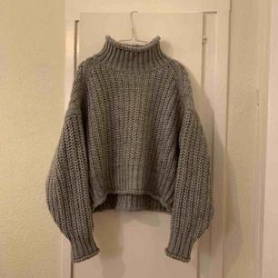 Nästan aldrig använd tjock tröja från H&M. Jätteskönt och mysigt material. Frakt tillkommer.