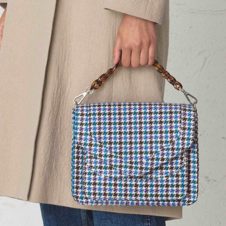Helt ny väska perfekt att ge i julklapp, nypris 1400 svenska kr! Från Beck Söndergaard. Frakt är inräknat i priset. Medföljer två olika väskremmar, ett för handen och ett för axeln. . Väskor.